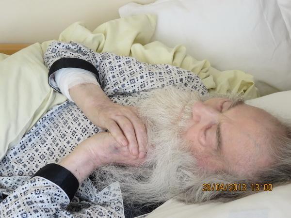 Parintele-Justin-pe-patul-de-suferinta-in-spital
